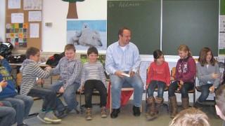 Auf Entdeckertour am 9. Bundesweiten Vorlesetag: Dr. Roland Adelmann liest in der Grundschule Bielstein